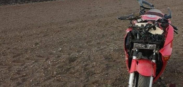 Przejażdżka motocyklem zakończona w polu